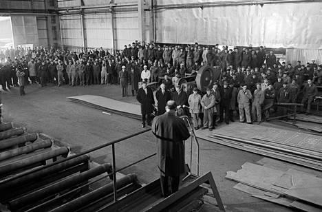 Pääministeri Rafael Paasio puhuu Valmetin telakalla 31. lokakuuta 1966.