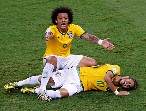Joukkuekaveri Marcelo viittoilee apua huomattuaan Neymarin tuskan.