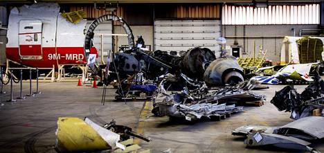 MH17-koneen rippeet ovat tutkittavana Hollannissa Gilze-Rijen lentotukikohdassa.
