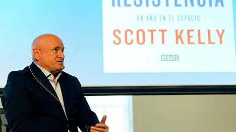 Scott Kelly kirjansa julkaisutilaisuudessa Madridissa.