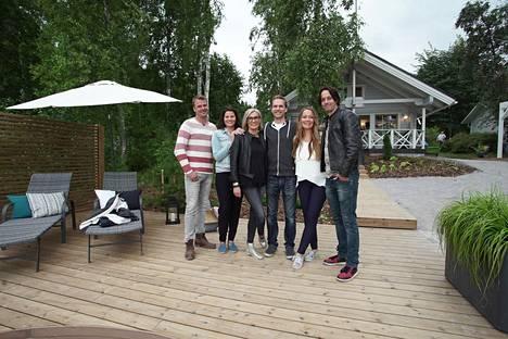 Mukana ovat sisustussuunnittelija Seija Strand, puutarhuri Niko Lindfors, remonttimies Ville Heino ja pihasuunnittelija Suvi Tuokko-Harmoinen.