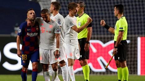 Bayern Münchenin Thiago Alcantara lohdutti Barcelonan Jordi Albaa Barcelonan nöyryyttävän tappion jälkeen.