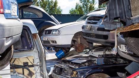 """Vastuu auton romuttamisesta on haltijalla, sanoo Traficom – """"voi jäädä roikkumaan omistajansa nimiin"""""""