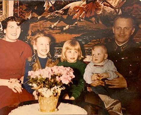 Hannele Lauri kuvassa vanhempiensa ja isosisko Berittan ja pikkuveli Pertin kanssa.