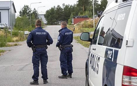 Poliisi tutki ammuskelun jälkeen teollisuusaluetta Porvoon Koneistajantiellä.
