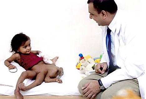 Leikkauksen tehneen sairaalan johtava kirurgi Patil Mamatha kehui kahdeksanraajaista Lakshmia leikkisäksi tytöksi.