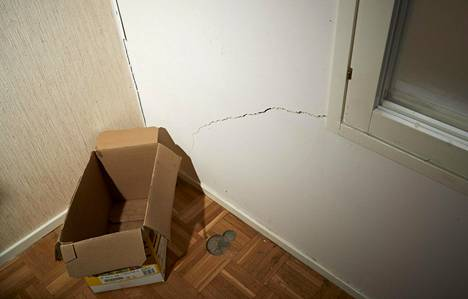 Uppoavan talon seinät on vinksin vonksin. Rakoja on niin, että naapurin puolelta eristeet pursuavat viereiseen asuntoon.