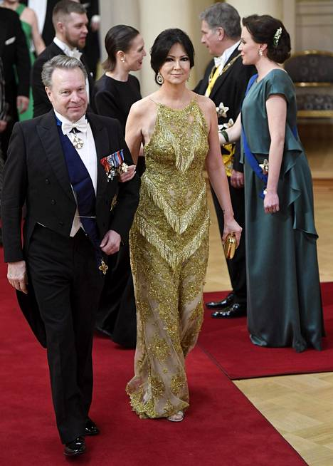Ilkka Kanerva ja Elina Kiikko. Elinan osittain läpikuultava puku on täysin nykytrendien mukainen.