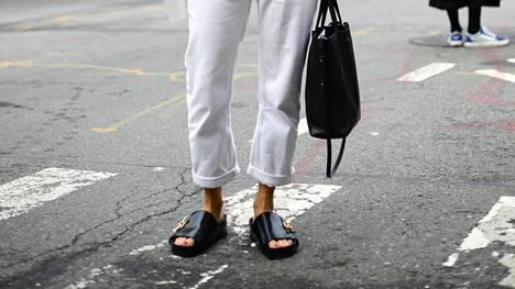 Muodikkaiden jaloissa nähdään yhä matalaa ja simppeliä sandaalityyliä.
