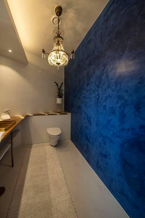 Tumman sinisen seinän kuviointi tuo mieleen ylellisen sametin.