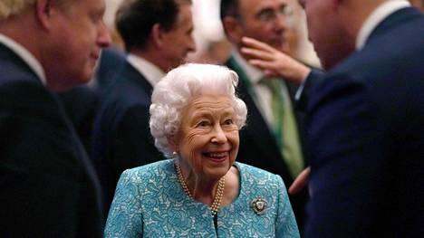 Kuningatar Elisabet kuvattiin tiistaina Global Investment Summitissa Windsorin linnassa yhdessä pääministeri Boris Johnsonin kanssa.