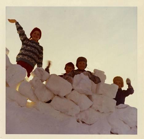 Tuula Haatainen perheen kotipihalla Savon Soisalon saaressa veljiensä Timon, Karin ja Juhan kanssa.