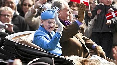 Kuningatar Margareeta ja prinssi Henrik vilkuttelivat juhlapäivänä yleisölle.