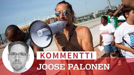 Delto de Oliveira, 49, johti mielenosoitusta olympiapuiston edustalla.