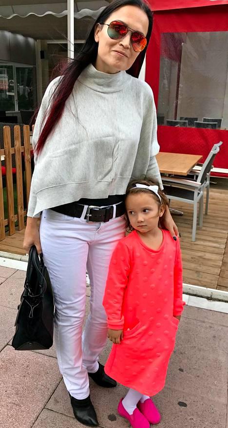 Tarja Turusen viisivuotias tytär Naomi Cabuli Turunen on perinyt äitinsä musikaalisuuden.