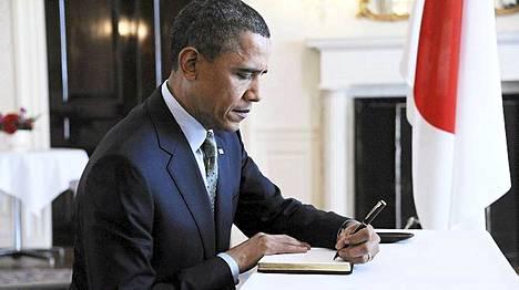 Yhdysvaltain presidentti Barack Obama teki yllätysvierailun Japanin suurlähetystöön Washingtonissa ja kirjoitti osanottonsa Japanin tragedian vuoksi.