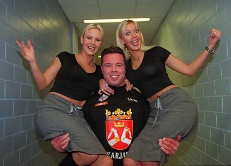 Graafin sisarukset esiintyivät Voimamiesten grand prix - tapahtumassa Areenalla vuonna 1999. Voimamies Jouko Ahola sai naiset käsivarsilleen.