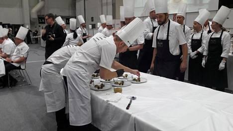 Kilpailutehtävänä oli valmistaa 5 tunnissa 40 minuutissa 14 kala-annosta lautasille ja 12 liha-annosta vadille sekä kaksi liha-annosta lautasille.