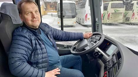 Linja-autoliike S. Kososen toimitusjohtaja Jyrki Kosonen sanoo, että korona-aika on ollut bussiyhtiöille haastavaa.