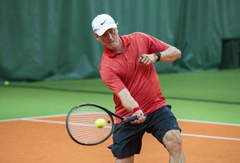 Markku Kanervan tyylinäyte tenniskentällä perjantaina iltapäivällä.