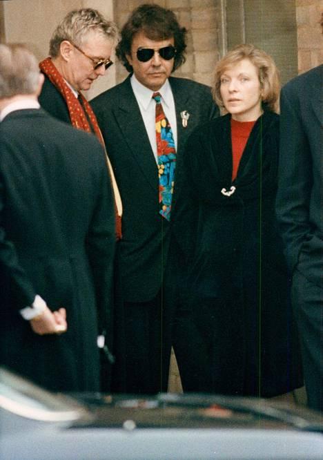 Mary Roger Taylorin ja Dave Clarkin kanssa Freddie Mercuryn siunaustilaisuudessa.