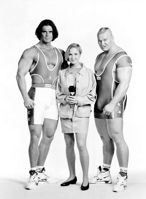 Mika Ounaskari (vas.) kuvattuna juontaja Katariina Ebelingin ja Viikingin eli Tony Halmeen kanssa.