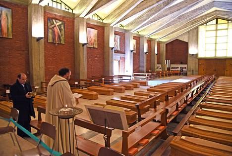 Pappi siunasi 45 koronavirukseen kuollutta. Kuva otettu Italian Bergamossa 25. maaliskuuta.
