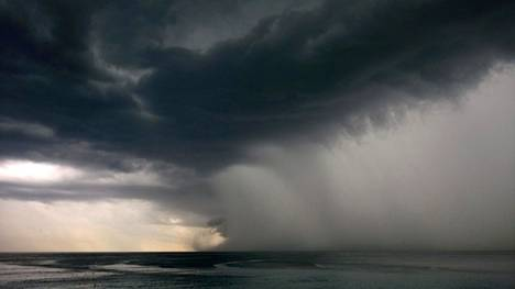 Sääennusteiden mukaan sateet ja myrskyt rysähtävät Nizzan myyttisen kauniille rannoille. Näin synkältä näytti tilanne vuonna 2014.
