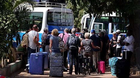 Turisteja lastattiin lentokentälle vieviin busseihin Banjulissa keskiviikkona. Tjäreborgilta kerrottiin eilen, että matkatoimistolla on maassa 300 suomalaisturistia. Perjantaina Gambiaan lennätetään tyhjä lentokone, joka tuo lomansa tuolloin päättävät 211 matkalaista Suomeen.
