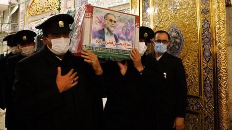 Mohsen Fakhrizadehin arkkua kannettiin maanantaina Mashhadin kaupungissa sijaitsevassa imaami Rezan pyhäkössä.