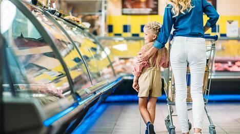 4-vuotias selitti kaupassa kovaan ääneen, kuinka äiti oli käynyt varkaissa hänen säästöpossullaan – totuus rahoista jäi kuitenkin kertomatta
