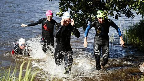 Kilpailijoita triathlonliiton nuorten lupausten Top Team -ryhmän leirikisoissa Espoossa heinäkuun toisena viikonloppuna.