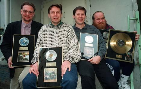 Leevi and The Leavings palkittiin platinalevyllä ja neljällä kultalevyllä marraskuussa 1995. Kuvassa vasemmalla Niklas Nylund, Juha Karastie, Risto Paananen ja Gösta Sundqvist.