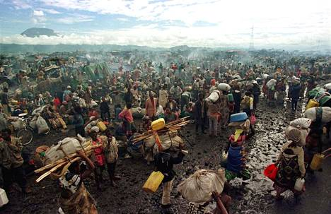 Hutuja marraskuussa 1996 rajakaupunki Gomassa entisen Zairen alueella.