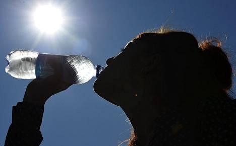 Juo riittävästi ja säännöllisesti pitkin päivää. Tavallinen vesi on hyvä janojuoma.