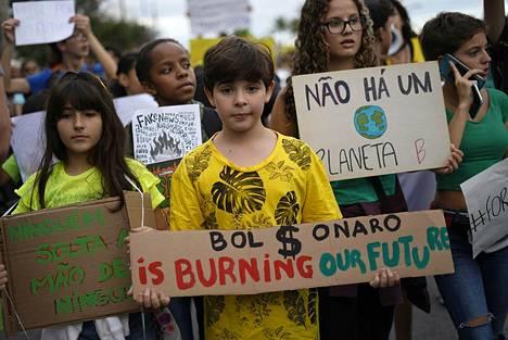 Mielipidemittaukset viittaavat siihen, että Amazonin metsäpaloilla on ollut negatiivista vaikutusta Bolsonaron kannatukseen. Kuva Rio de Janeirossa Ipaneman rannalla sunnuntaina järjestetystä mielenosoituksesta.