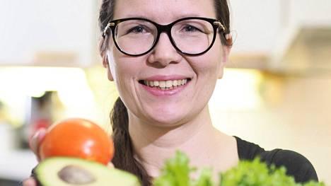 Nina Sarell vastustaa ehdottomia kieltoja ruokavaliossa. - On päiviä, jolloin pala mutakakkua hyvässä seurassa hoitaa hyvinvointia paremmin kuin mikään terapiaistunto maailmassa, hän kirjoittaa tuoreessa kirjassaan.