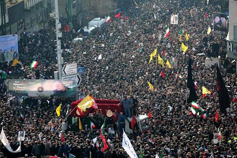Iranin pääkaupungissa Teheranissa väki kokoontui suremaan Yhdysvaltojen surmaamaa kenraalia.