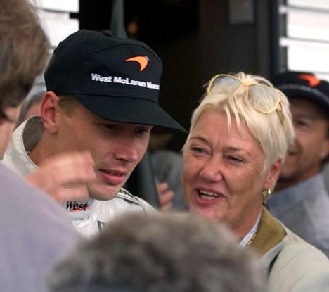 Aila Häkkinen oli seuraamassa Saksan F1-kisaa poikansa ensimmäiseen maailmanmestaruuteen päättyneellä kaudella 1998.
