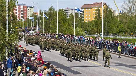 Tänä vuonna ei järjestetä Puolustusvoimain lippujuhlan päivän paraatia. Kuva on vuodelta 2015.