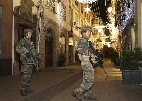 Sotilaita Strasbourgin keskustassa tiistai-iltana.