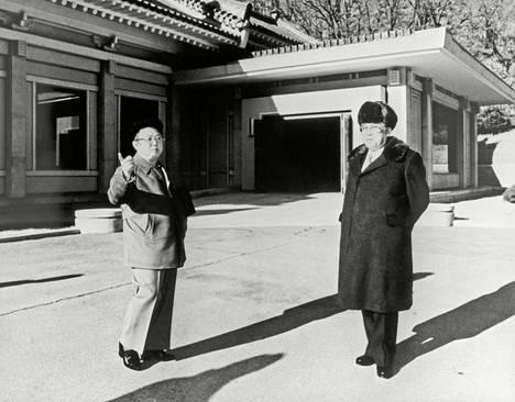 Kim Il-sung (oikealla) ja tämän poika Kim Jong-il Pjongjangin lähellä maaliskuussa 1992. Pohjois-Korean ja Yhdysvaltojen suhteet alkoivat lientyä samana vuonna.