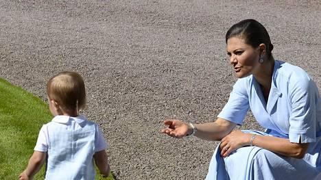 Victoria yritti turhaan maanitella Oscaria syliin.