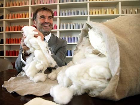 Italialainen vaatesuunnittelija Brunello Cucinelli ihastelemassa pehmeää kashmirvillaeräänsä.