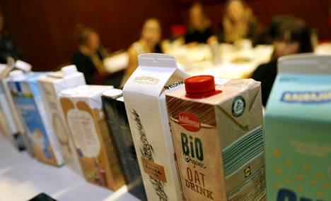Kaurajuomissa on pääosin yhtä paljon kalsiumia kuin lehmänmaidossa. Kaurajuomiin on myös yleensä lisätty mm. D-vitamiinia ja B12-vitamiinia.