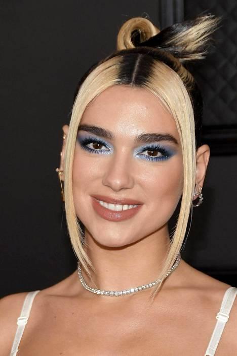 Laulaja Dua Lipalle millilleen mitatusta, muusta tukasta selkeästi erottuvasta tyvestä on tullut selkeästi osa naisen tyyliä. Vahvasti vaalennettu tukka yhdistettynä tummaan tyveen sopii Duan leikkisään lookiin.