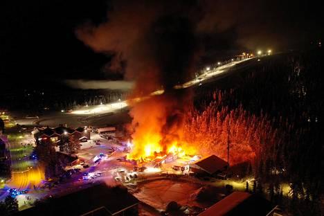 Palo roihuisi hiihtokeskuksen lähistöllä.