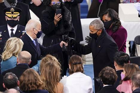 Obama ja Biden tervehtivät nyrkein pandemian keskellä pidetyissä virkaanastujaisissa.