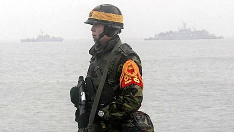 Eteläkorealainen sotilas seisoo vartiossa Yeonpyongin saarella. Etelä-Korea aikoo järjestää harjoitukset tulenaralla saarella, jota Pohjois-Korea tulitti vajaa kuukausi sitten.