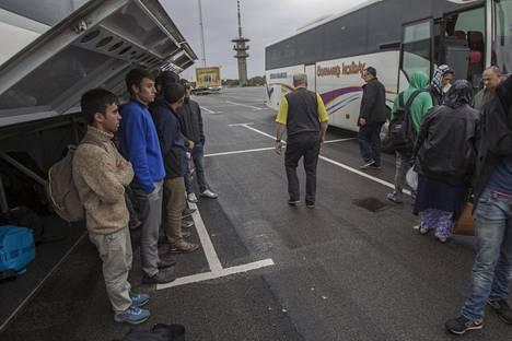 Samana päivänä saapuneet pakolaiset kuljetetaan busseilla Tukholman lähiöihin ja muualle Ruotsiin. Vain murto-osa saa suojapaikan Malmöstä.